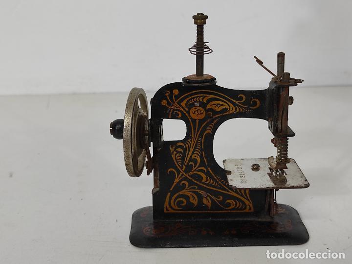 Antigüedades: Pequeña Maquina de Coser - Juguete Modernista - Germany - con Caja Original - Foto 2 - 245243485