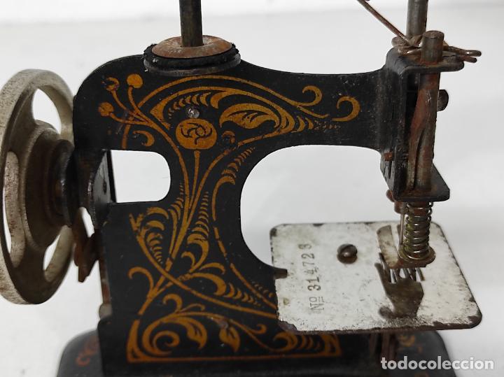 Antigüedades: Pequeña Maquina de Coser - Juguete Modernista - Germany - con Caja Original - Foto 4 - 245243485