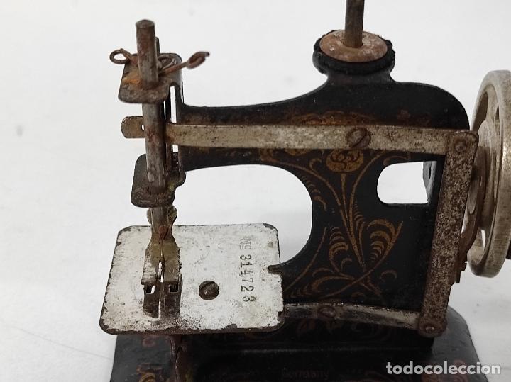 Antigüedades: Pequeña Maquina de Coser - Juguete Modernista - Germany - con Caja Original - Foto 10 - 245243485