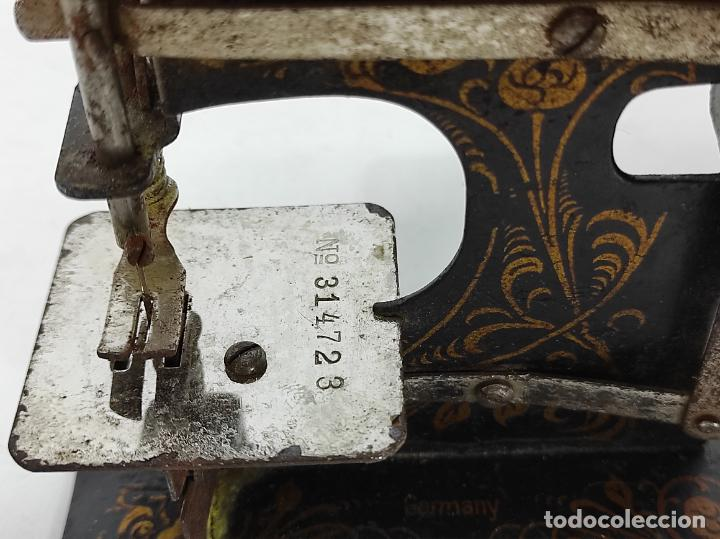 Antigüedades: Pequeña Maquina de Coser - Juguete Modernista - Germany - con Caja Original - Foto 11 - 245243485