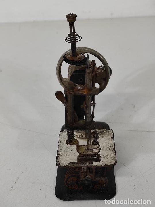 Antigüedades: Pequeña Maquina de Coser - Juguete Modernista - Germany - con Caja Original - Foto 12 - 245243485