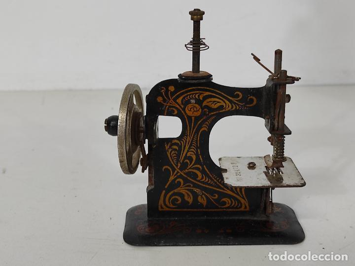 Antigüedades: Pequeña Maquina de Coser - Juguete Modernista - Germany - con Caja Original - Foto 16 - 245243485