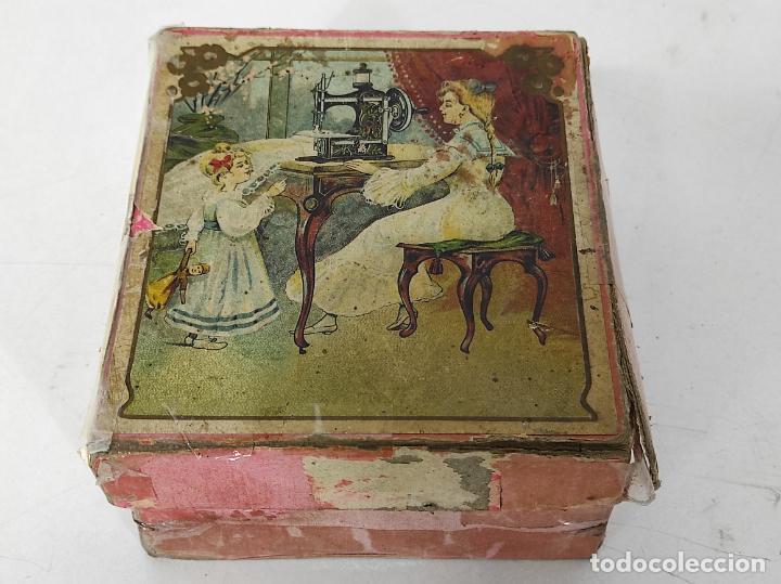 Antigüedades: Pequeña Maquina de Coser - Juguete Modernista - Germany - con Caja Original - Foto 17 - 245243485