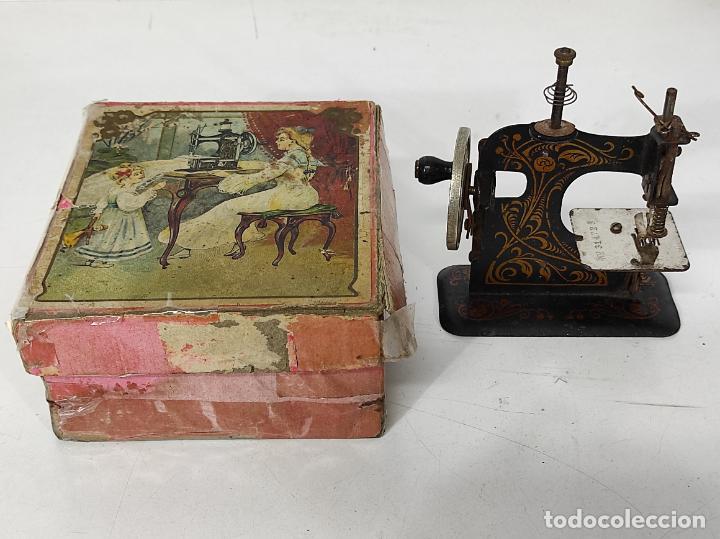 Antigüedades: Pequeña Maquina de Coser - Juguete Modernista - Germany - con Caja Original - Foto 20 - 245243485