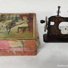 Antigüedades: PEQUEÑA MAQUINA DE COSER - JUGUETE MODERNISTA - GERMANY - CON CAJA ORIGINAL. Lote 245243485