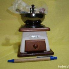 Antigüedades: MOLINILLO DE CAFÉ METAL, MADERA Y CERÁMICA, AÑOS 90, NUEVO SIN USAR, CAJA ORIGINAL. Lote 245273190