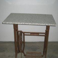 Antigüedades: MESA CON PIE DE MAQUINA DE COSER REFREY. Lote 245429085