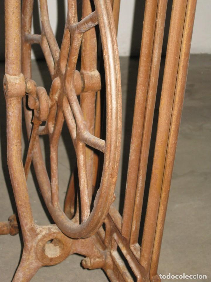 Antigüedades: MESA CON PIE DE MAQUINA DE COSER REFREY - Foto 9 - 245429085