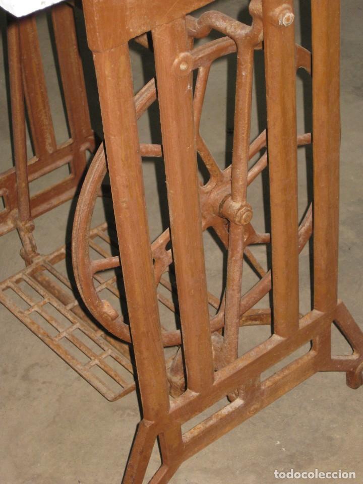 Antigüedades: MESA CON PIE DE MAQUINA DE COSER REFREY - Foto 10 - 245429085