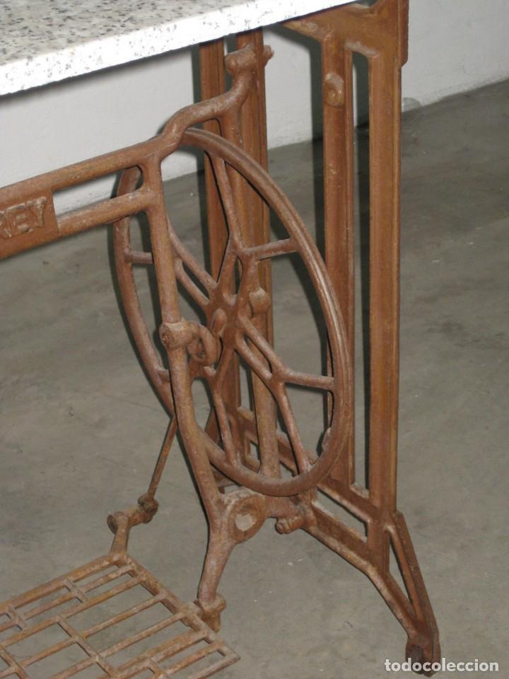Antigüedades: MESA CON PIE DE MAQUINA DE COSER REFREY - Foto 12 - 245429085