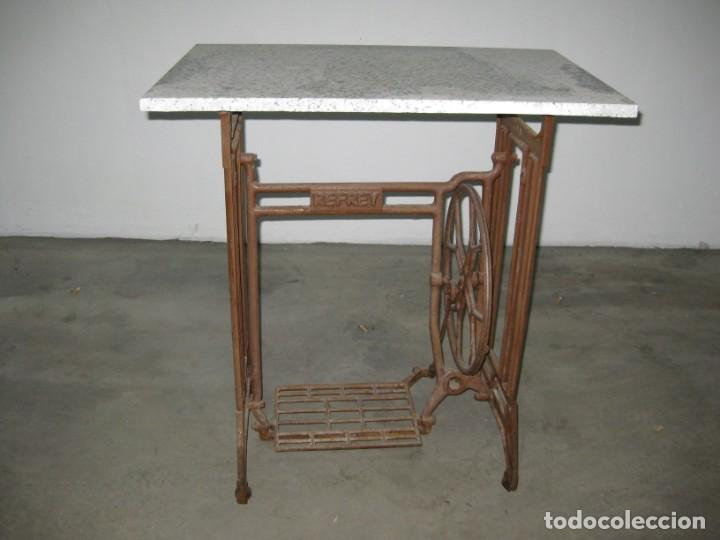 Antigüedades: MESA CON PIE DE MAQUINA DE COSER REFREY - Foto 14 - 245429085