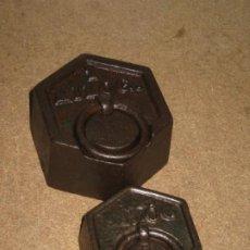 Antigüedades: LOTE DE 2 PONDERALES, PESAS DE 1 KILO Y MEDIO KILO.. Lote 245439615