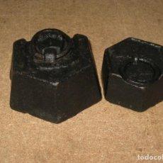 Antigüedades: LOTE DE 2 PONDERALES, PESAS DE 1 KILO Y MEDIO KILO. Lote 245440620