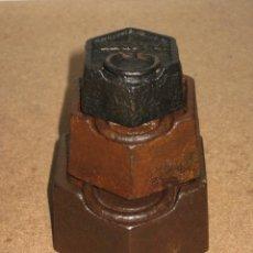 Antigüedades: LOTE DE 3 PONDERALES, PESAS DE 1 KILO, MEDIO KILO Y 200GR.. Lote 245441470