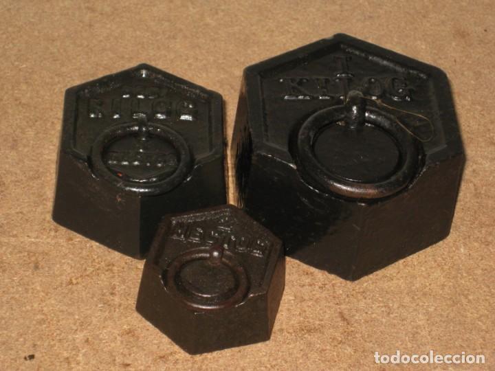 Antigüedades: Lote de 3 ponderales, pesas de 1 kilo, medio kilo y 200gr. - Foto 2 - 245475380