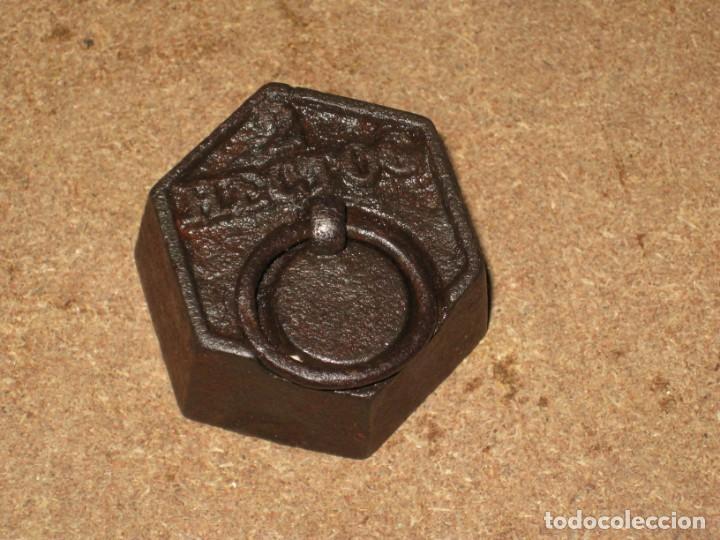 Antigüedades: Lote de 3 ponderales, pesas de 1 kilo, medio kilo y 200gr. - Foto 5 - 245479255