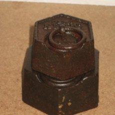 Antigüedades: LOTE DE 2 PONDERALES, PESAS DE 1 KILO Y MEDIO KILO.. Lote 245480485