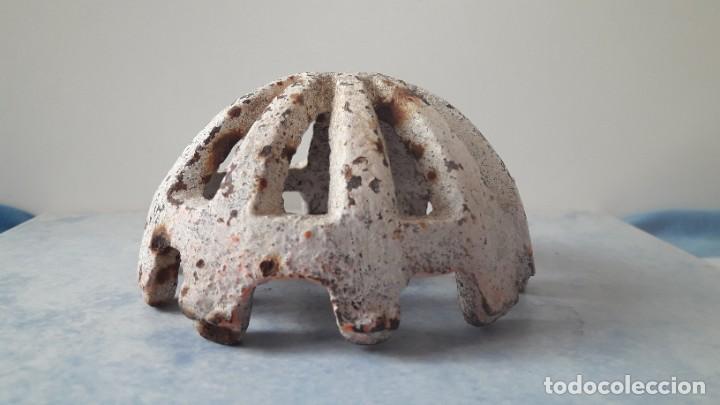 Antigüedades: ANTIGUA REJILLA DE HIERRO DE MEDIA NARANJA PARA DESAGÜE DE CUBIERTA, SIGLO XIX. - Foto 3 - 245489160