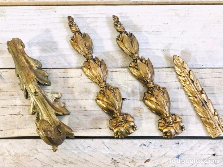 Antigüedades: LOTE DE 4 ORNAMENTOS DECORATIVOS PARA MUEBLE O ESPEJO ADORNO DE LATÓN REMATE FLORAL EMBELLECEDORES - Foto 2 - 245513605