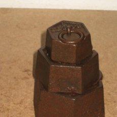 Antigüedades: LOTE DE 3 PONDERALES, PESAS DE 1 KILO, MEDIO KILO Y 200GR.. Lote 245542575