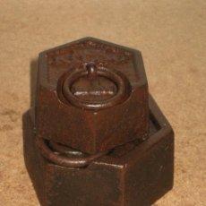 Antigüedades: LOTE DE 2 PONDERALES, PESAS DE 1 KILO Y MEDIO KILO.. Lote 245544445
