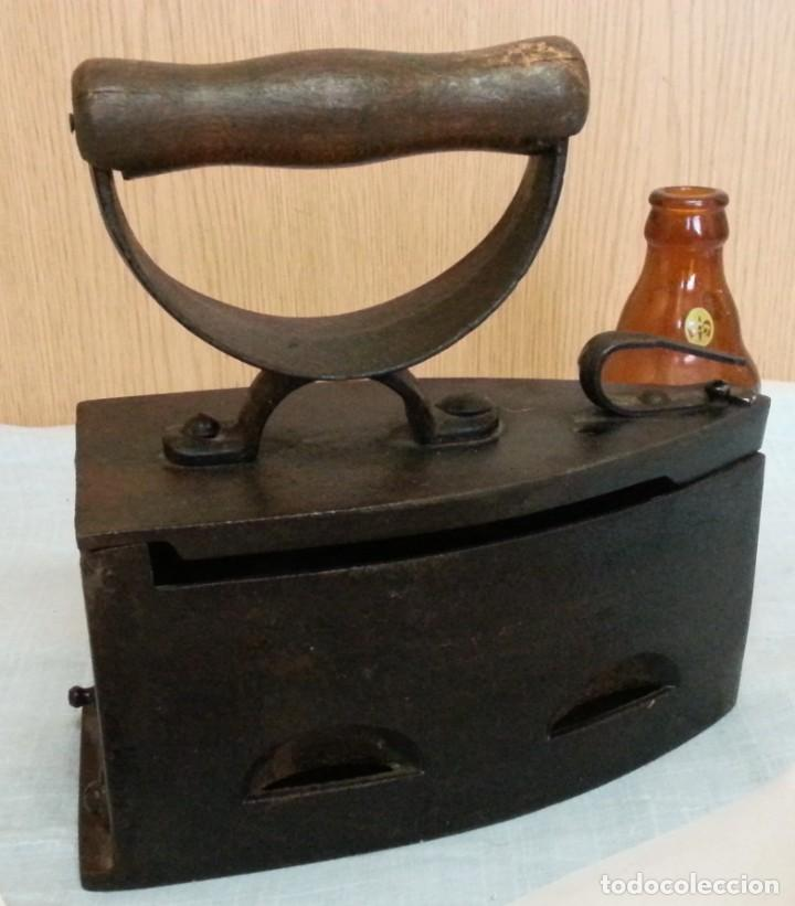 PLANCHA ANTIGUA DE BRASAS EN HIERRO. ASIDERA EN MADERA. (Antigüedades - Técnicas - Planchas Antiguas - Hierro)