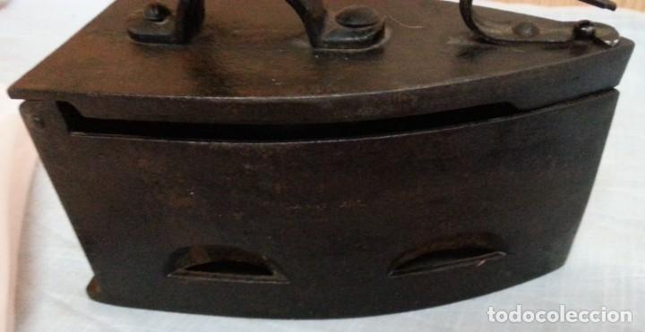 Antigüedades: Plancha antigua de brasas en hierro. Asidera en madera. - Foto 4 - 245579180