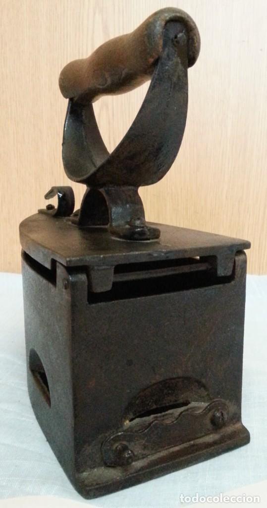 Antigüedades: Plancha antigua de brasas en hierro. Asidera en madera. - Foto 5 - 245579180