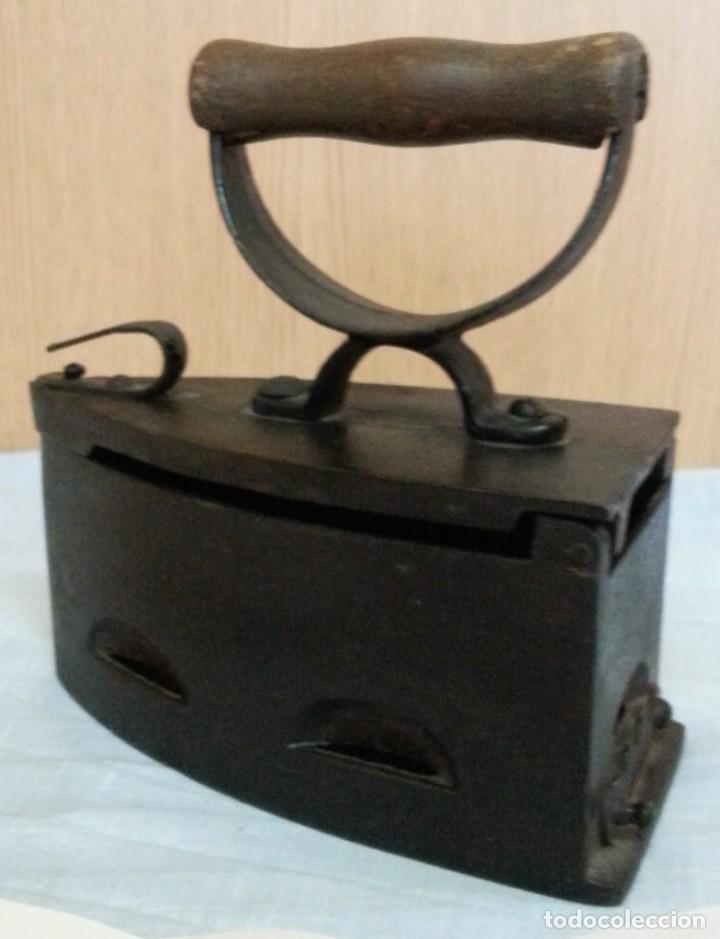 Antigüedades: Plancha antigua de brasas en hierro. Asidera en madera. - Foto 6 - 245579180