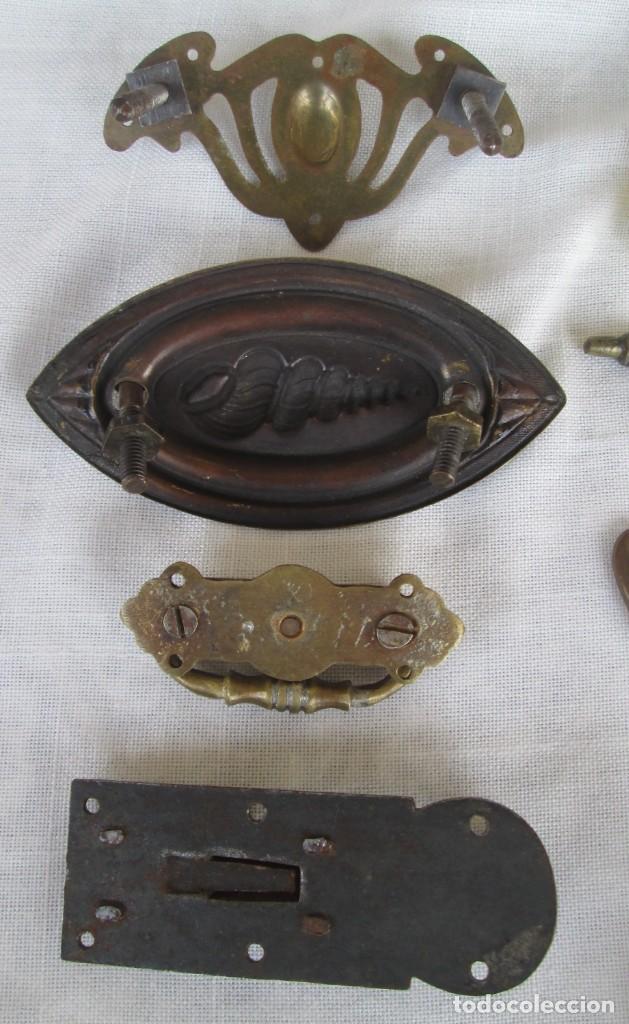 Antigüedades: Pequeño lote de antiguos tiradores y pomos para puertas o cajones en bronce y otros materiales - Foto 2 - 245610765