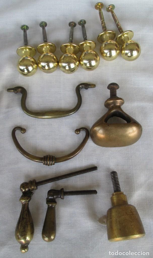Antigüedades: Pequeño lote de antiguos tiradores y pomos para puertas o cajones en bronce y otros materiales - Foto 4 - 245610765