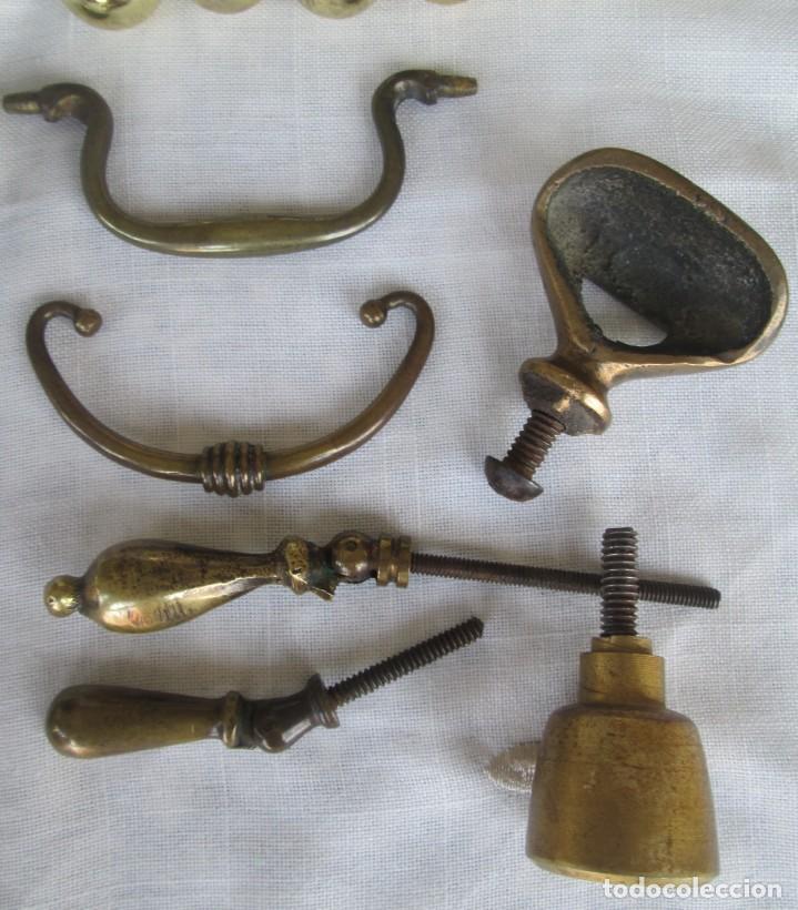 Antigüedades: Pequeño lote de antiguos tiradores y pomos para puertas o cajones en bronce y otros materiales - Foto 6 - 245610765