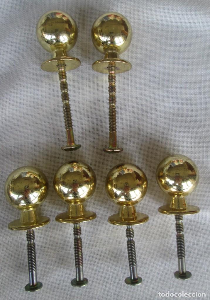 Antigüedades: Pequeño lote de antiguos tiradores y pomos para puertas o cajones en bronce y otros materiales - Foto 7 - 245610765