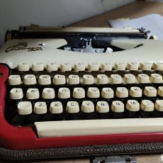 Antigüedades: MAQUINA DE ESCRIBIR PRINCESS 300 VINTAGE CON FUNDA. MADE IN WESTERN GERMANY. Lote 245611555