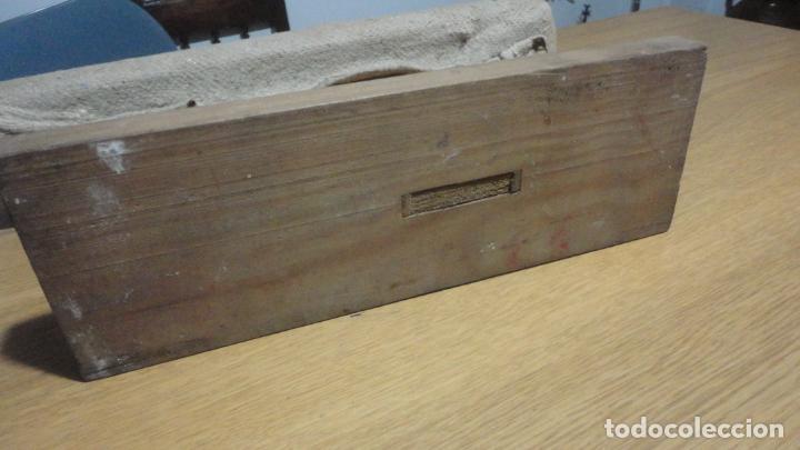 Antigüedades: ANTIGUA TABLA PARA PLANCHAR ROPAS PEQUEÑAS.PUÑOS.MADERA SIGLO XX. - Foto 3 - 245732290