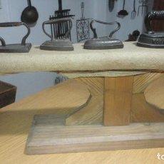 Antigüedades: ANTIGUA TABLA PARA PLANCHAR ROPAS PEQUEÑAS.PUÑOS.MADERA SIGLO XX.. Lote 245732290