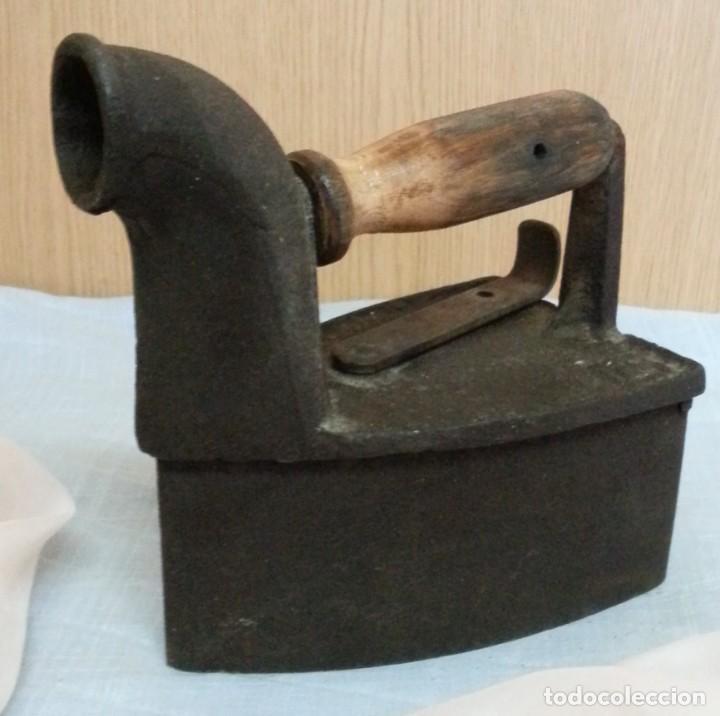 Antigüedades: Plancha antigua de brasas en hierro. Asidera en madera. - Foto 2 - 245762310