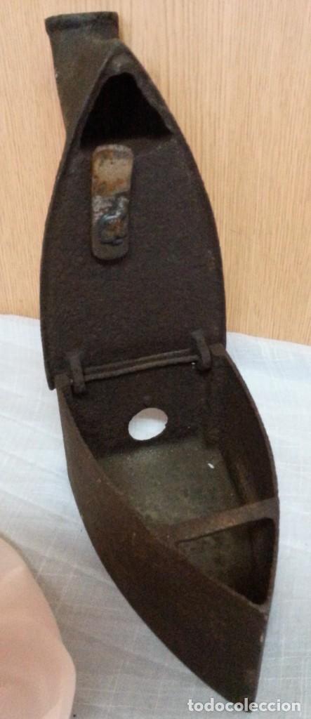 Antigüedades: Plancha antigua de brasas en hierro. Asidera en madera. - Foto 7 - 245762310