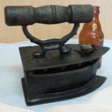 Antigüedades: PLANCHA ANTIGUA DE BRASAS EN HIERRO. ASIDERA EN MADERA.. Lote 245765080