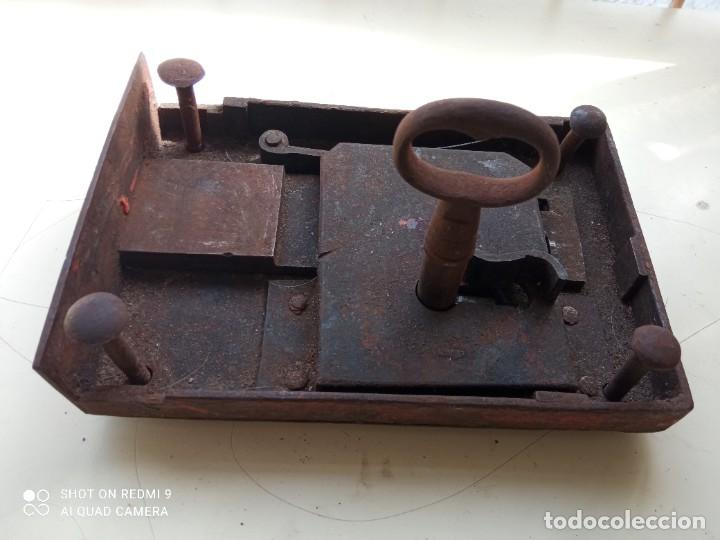 CERRADURA DE HIERRO ANTIGUA CON LLAVE (Antigüedades - Técnicas - Cerrajería y Forja - Llaves Antiguas)