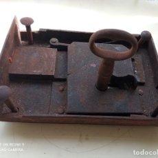 Antigüedades: CERRADURA DE HIERRO ANTIGUA CON LLAVE. Lote 245902730