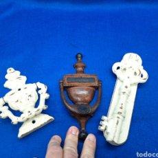 Antigüedades: 3 ALDABAS DE HIERRO FUNDIDO. Lote 246037075