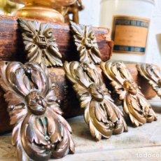 Antigüedades: LOTE DE 6 REMATES DE BRONCE CON DECORACION FLORAL ADORNOS PARA MUEBLE O ESPEJO ORNAMENTOS ANTIGUOS. Lote 246047675