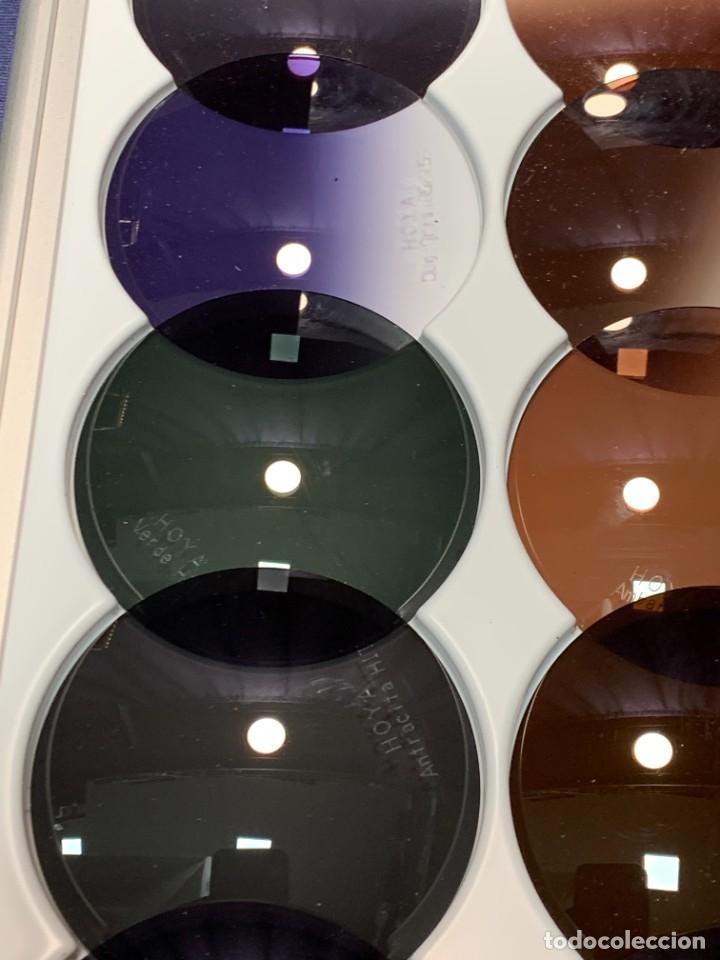 Antigüedades: MUESTRARIO VIDRIOS FILTROS LUZ GAFAS VISION OPTICA HOYA EN ESTUCHE PRESENTADOR 34 X 16 X 2 CMS - Foto 5 - 246145270