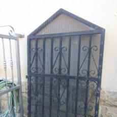 Antigüedades: PUERTA DE FORJA DECORADA. Lote 246365810