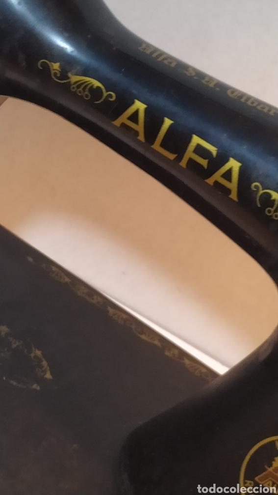Antigüedades: Máquina de coser Alfa, modelo A o 20 - Fabricada en Éibar años 50 - Foto 3 - 246434545