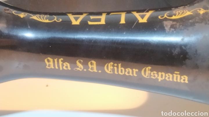 Antigüedades: Máquina de coser Alfa, modelo A o 20 - Fabricada en Éibar años 50 - Foto 20 - 246434545