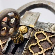 Antigüedades: CANDADO ANTIGUO GRANDE FINAMENTE GRABADO CON DOS CERRADURAS, UNA OCULTA.. Lote 246562340