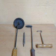 Antigüedades: LOTE DE 4 ANTIGUAS HERRAMIENTAS ARTESANALES. Lote 246594870