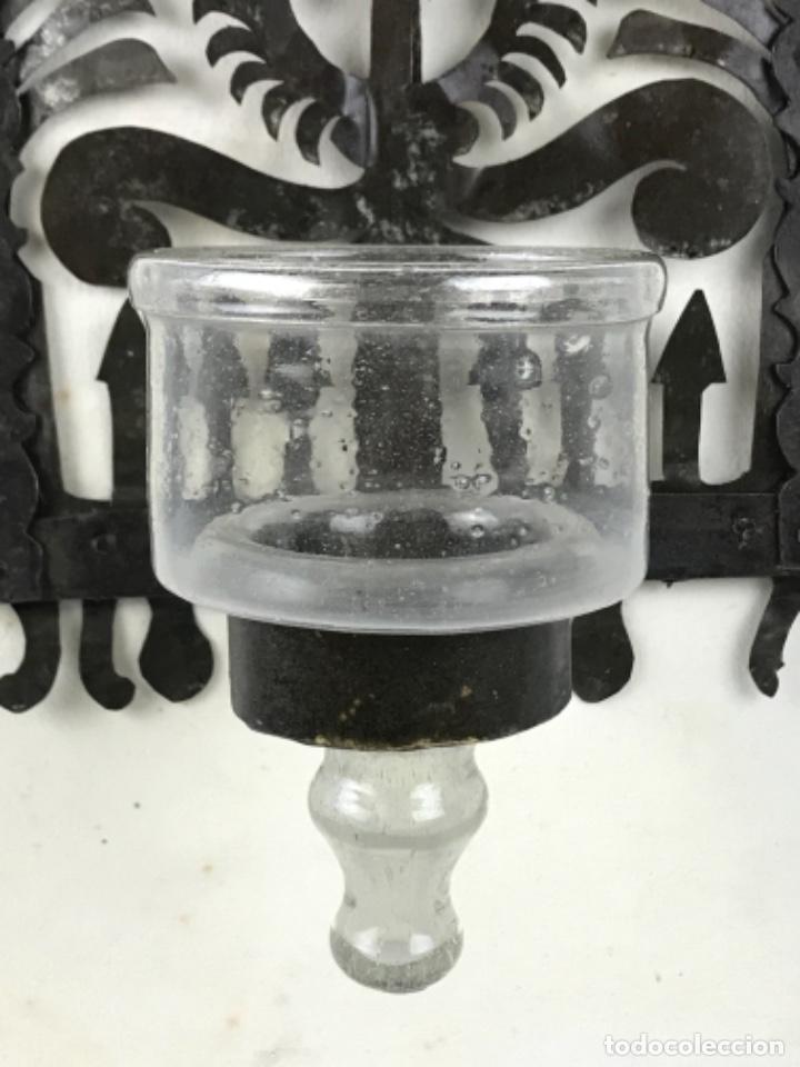 Antigüedades: MUY ANTIGUA LÁMPARA DE PARED DE ACEITE Y MECHA. HIERRO FORJADO SG XVII. CRISTAL DE ÉPOCA. - Foto 3 - 246660750